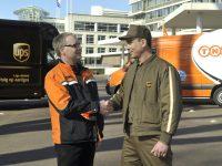 AMSTERDAM -De Amerikaanse pakketbezorger UPS     neemt TNT Express over.Dat hebben beide bedrijven bekendgemaakt.Er werd al een tijd gesproken over de overname,in februari bevestigden de bedrijven dat  ze met elkaar in gesprek waren. UPS betaalt ongeveer vijf miljard euro voor TNT Express.foto : 2 postbezorgers van TNT en UPS.