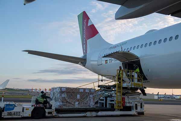 Em Abril, a carga aérea recuou 63% em termos homólogos.